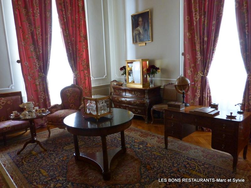 Dans Le Petit Salon Mobilier Se Compose Dun Ensemble De Style Empire Signe Jacob Et Dune Commode Louis XV Estampillee Schlichtig